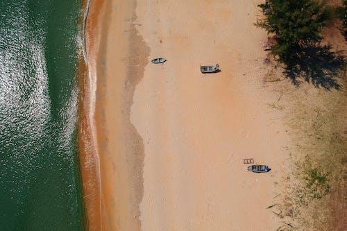 Foto profissional grátis de à beira-mar, água, areia, barcos