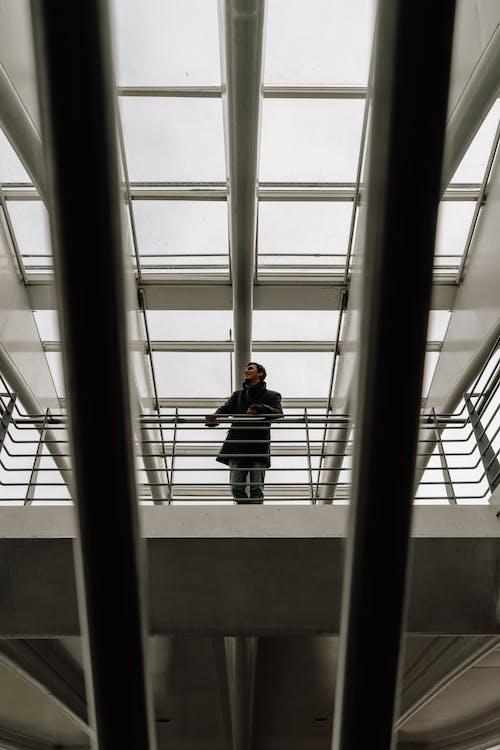 adam, bakış açısı, bina, dar açılı çekim içeren Ücretsiz stok fotoğraf