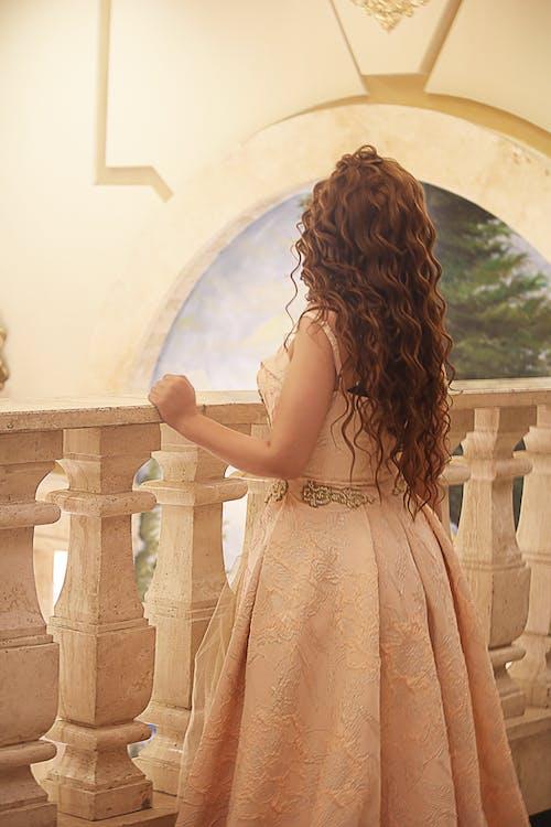 Foto profissional grátis de beleza, cabelo cacheado, cabelo castanho, garota