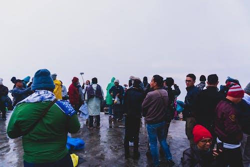 Kostnadsfri bild av folkmassa, fullt med folk, ha på sig, hätta