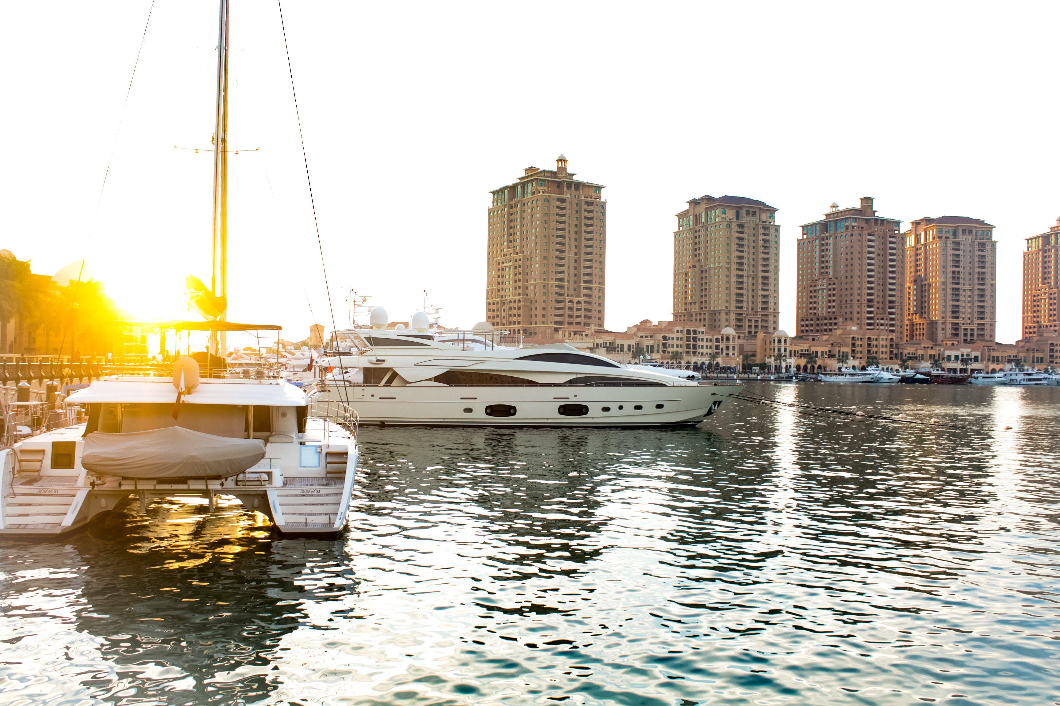 binalar, deniz aracı, deniz kenarı, fotoğrafçılık içeren Ücretsiz stok fotoğraf