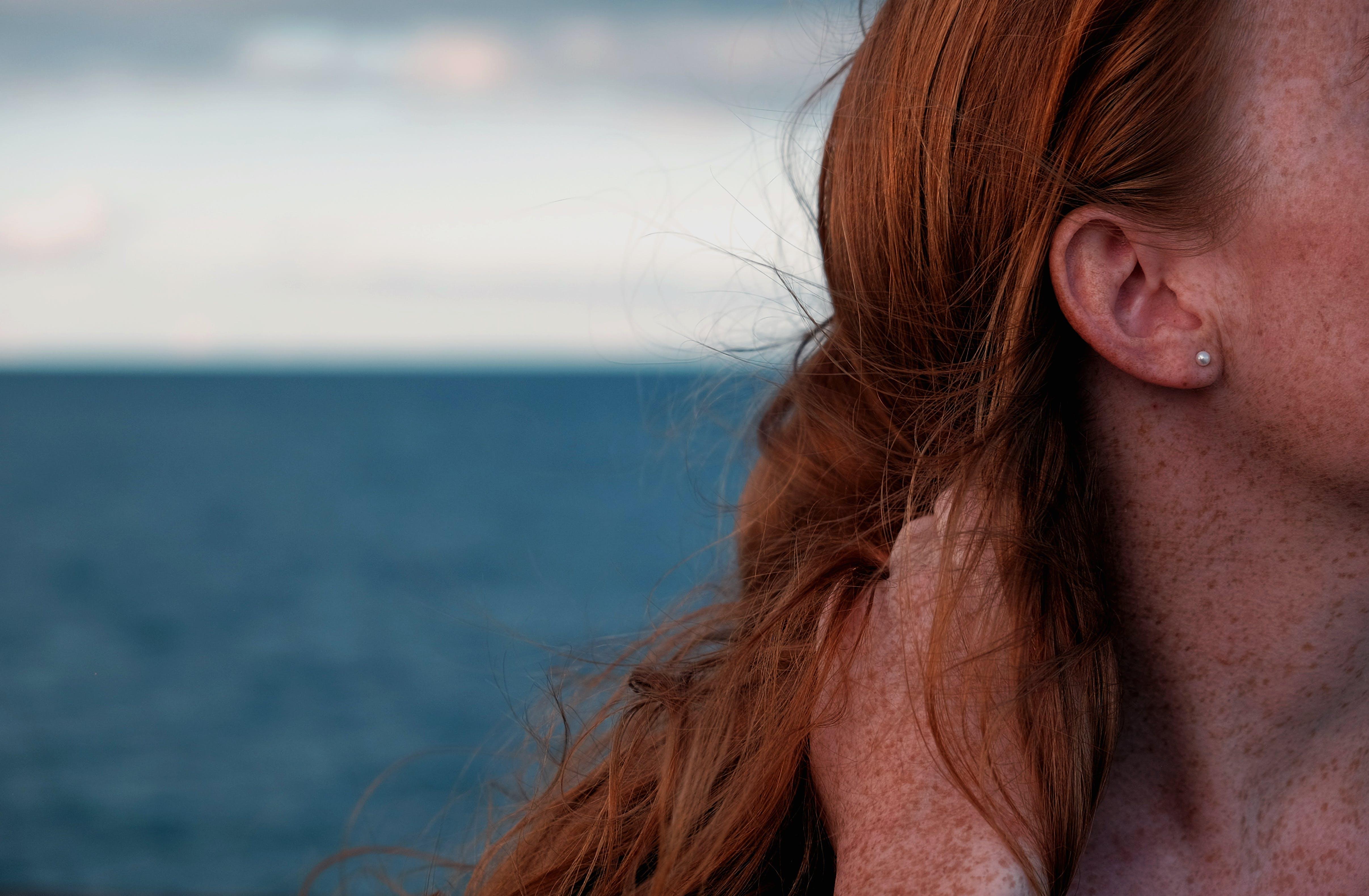 Kostenloses Stock Foto zu freckles, haar, himmel, ozean