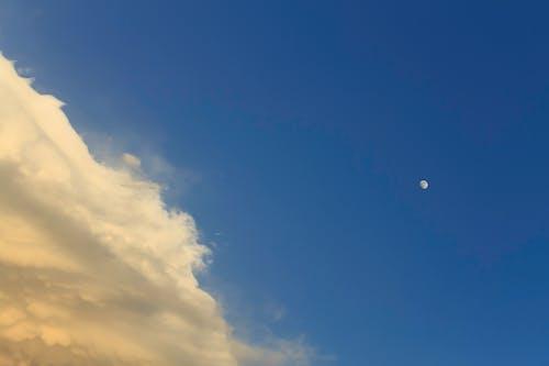 Бесплатное стоковое фото с месяц, облако, облачные небеса, яркий день