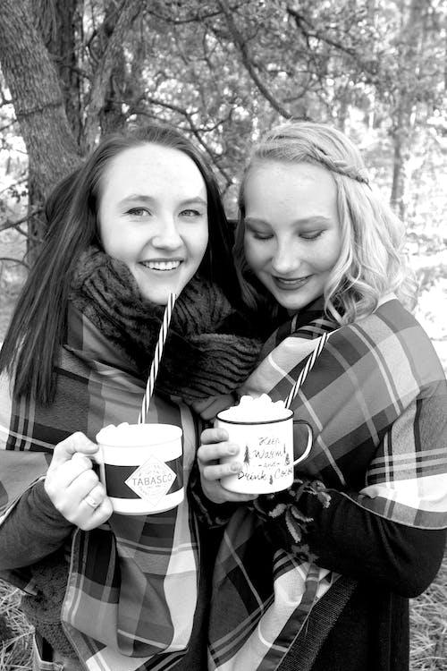 bir araya gelmek, gülümsemek, kakao, kız kardeş içeren Ücretsiz stok fotoğraf