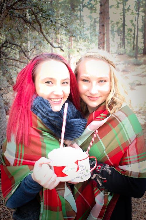 Aşk, eğlence, gülümsemek, kız kardeşler içeren Ücretsiz stok fotoğraf