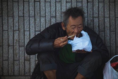 Fotos de stock gratuitas de asiático, calle, comiendo, hombre