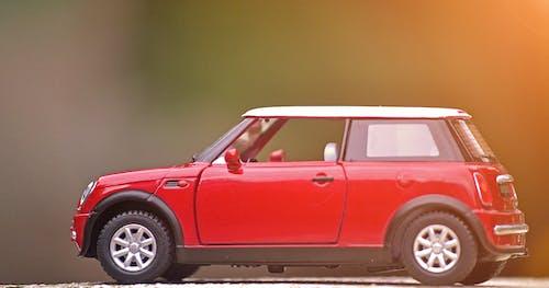 araba, kırmızı araba, Mini Cooper, minyatür oyuncak içeren Ücretsiz stok fotoğraf
