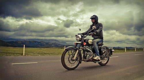 binici, bisikletçi, gezi, royal enfield içeren Ücretsiz stok fotoğraf