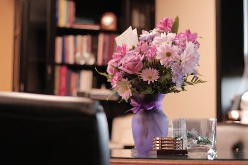 Foto profissional grátis de arranjo de flores, cadeira, close, cômodo