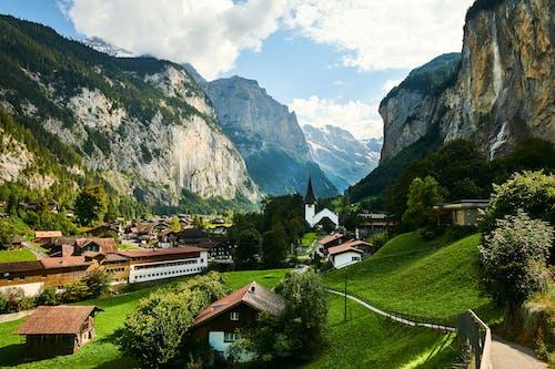 Kostnadsfri bild av berg, by, dagsljus, hus