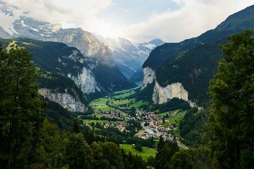 Gratis lagerfoto af bjerg, by, dagslys, fra oven