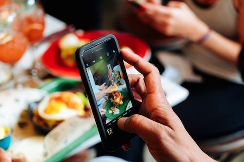 Ilmainen kuvapankkikuva tunnisteilla älypuhelin, ateria, brunssi, croissant