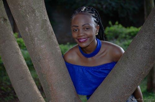 Δωρεάν στοκ φωτογραφιών με μπλε φόρεμα, ομορφιά στη φύση, πλεξούδες, σκουλαρίκια