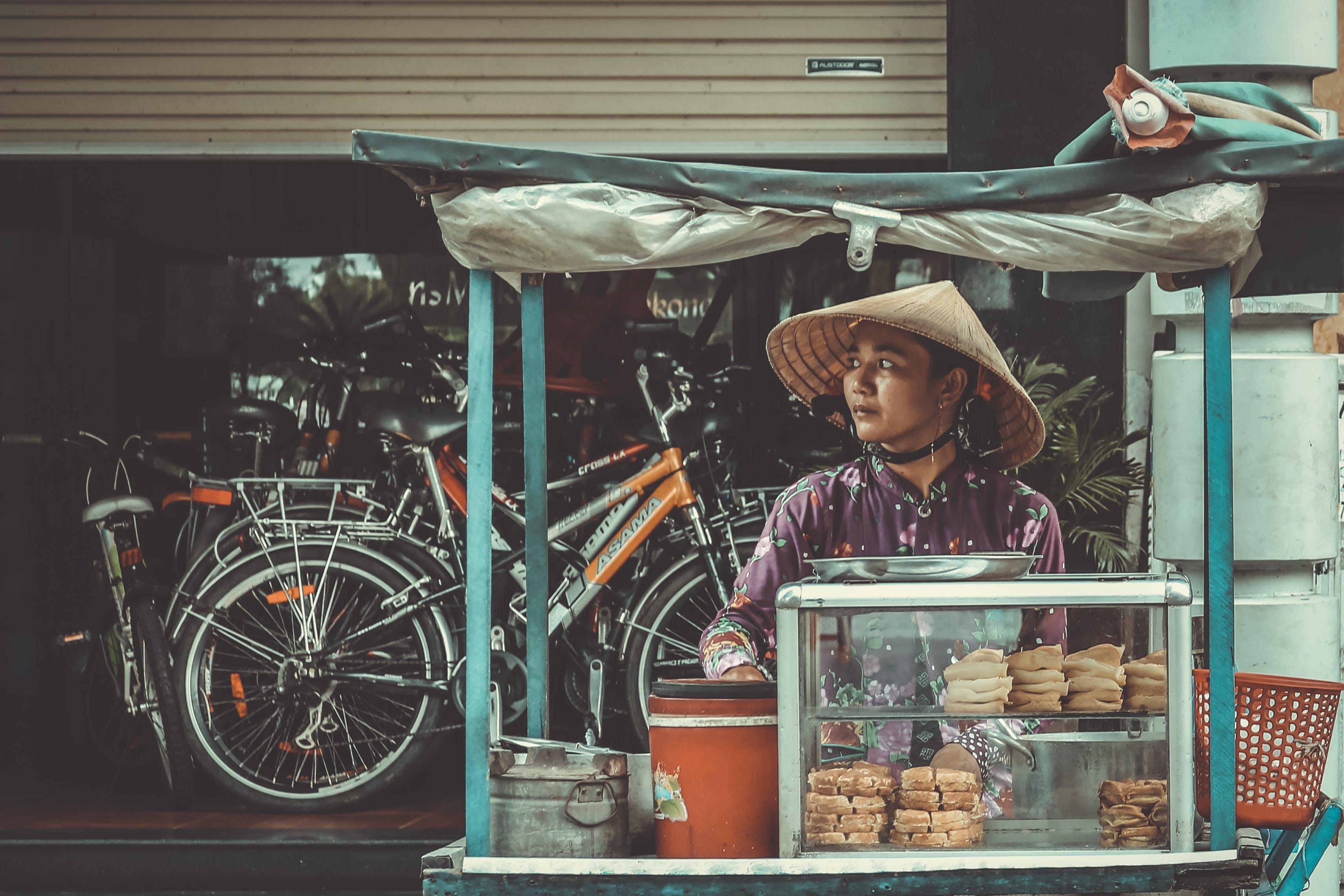 Foto profissional grátis de bicicletas, chapéu, comércio, comida de rua