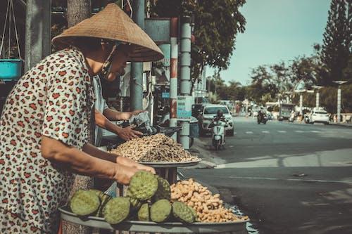 Gratis lagerfoto af asiatisk kvinde, biler, by, dagslys