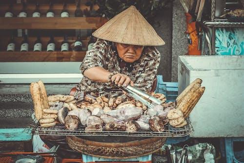 Kostenloses Stock Foto zu asiatische frau, erwachsener, essen, grill