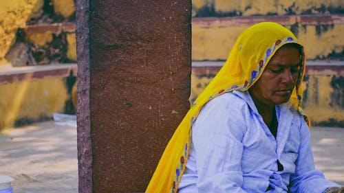 Δωρεάν στοκ φωτογραφιών με γυναίκα, καθιστός, μαντίλα, σοβαρός