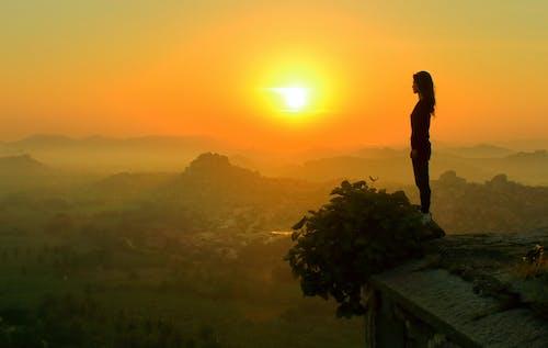 คลังภาพถ่ายฟรี ของ การมอง, การยืน, ดวงอาทิตย์, ตอนเย็น
