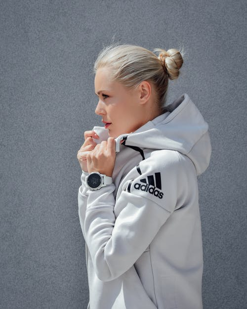 Photo D'une Femme Portant Un Sweat à Capuche Adidas Gris