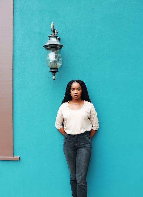 Gratis stockfoto met aantrekkelijk mooi, Afro-Amerikaanse vrouw, buiten, casual
