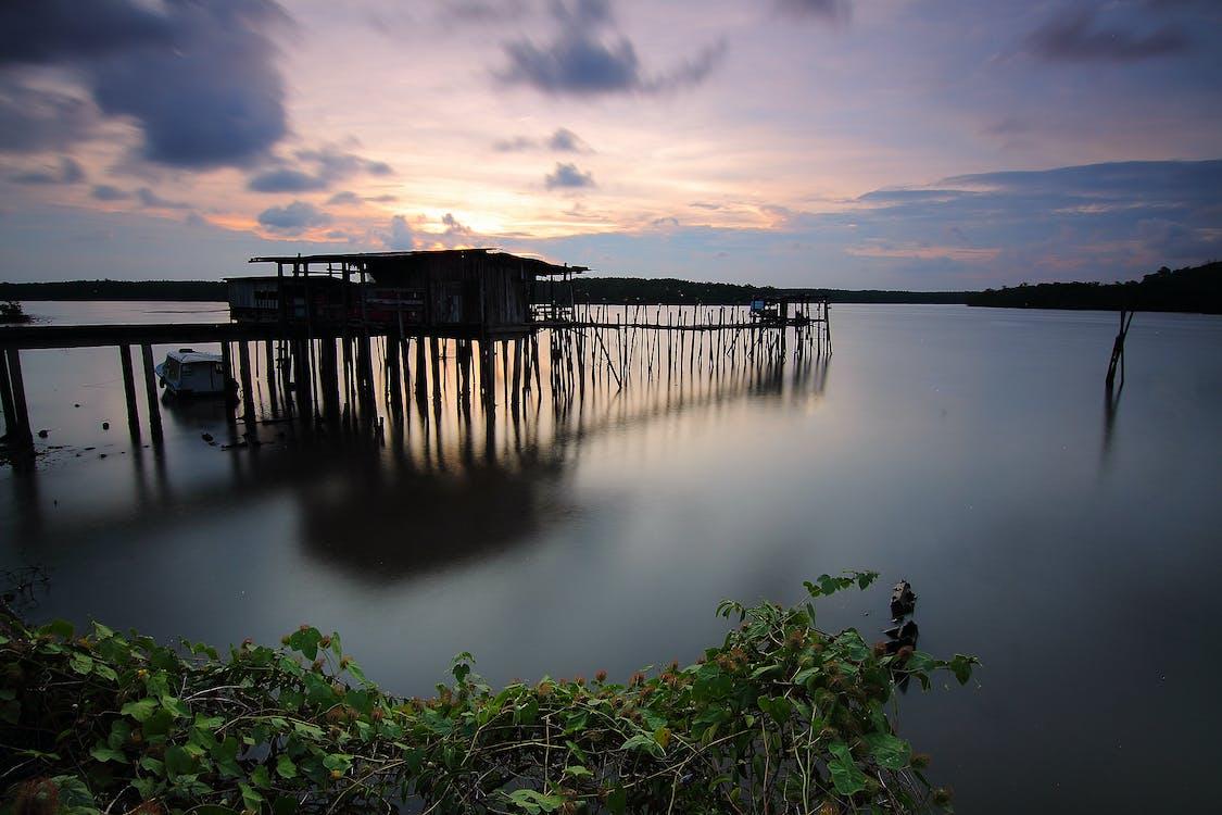 Aigües tranquil·les, alba, barca