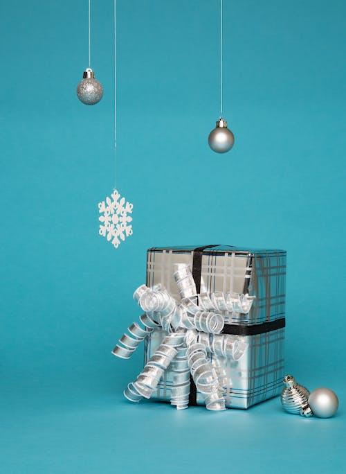 Darmowe zdjęcie z galerii z błyszczeć, bombki, nici, niebieski