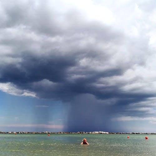 Fotos de stock gratuitas de forma de nubes, mar, nadando, nube