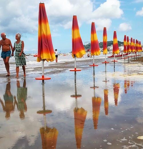 Fotos de stock gratuitas de amor, mar, paraguas, Pareja