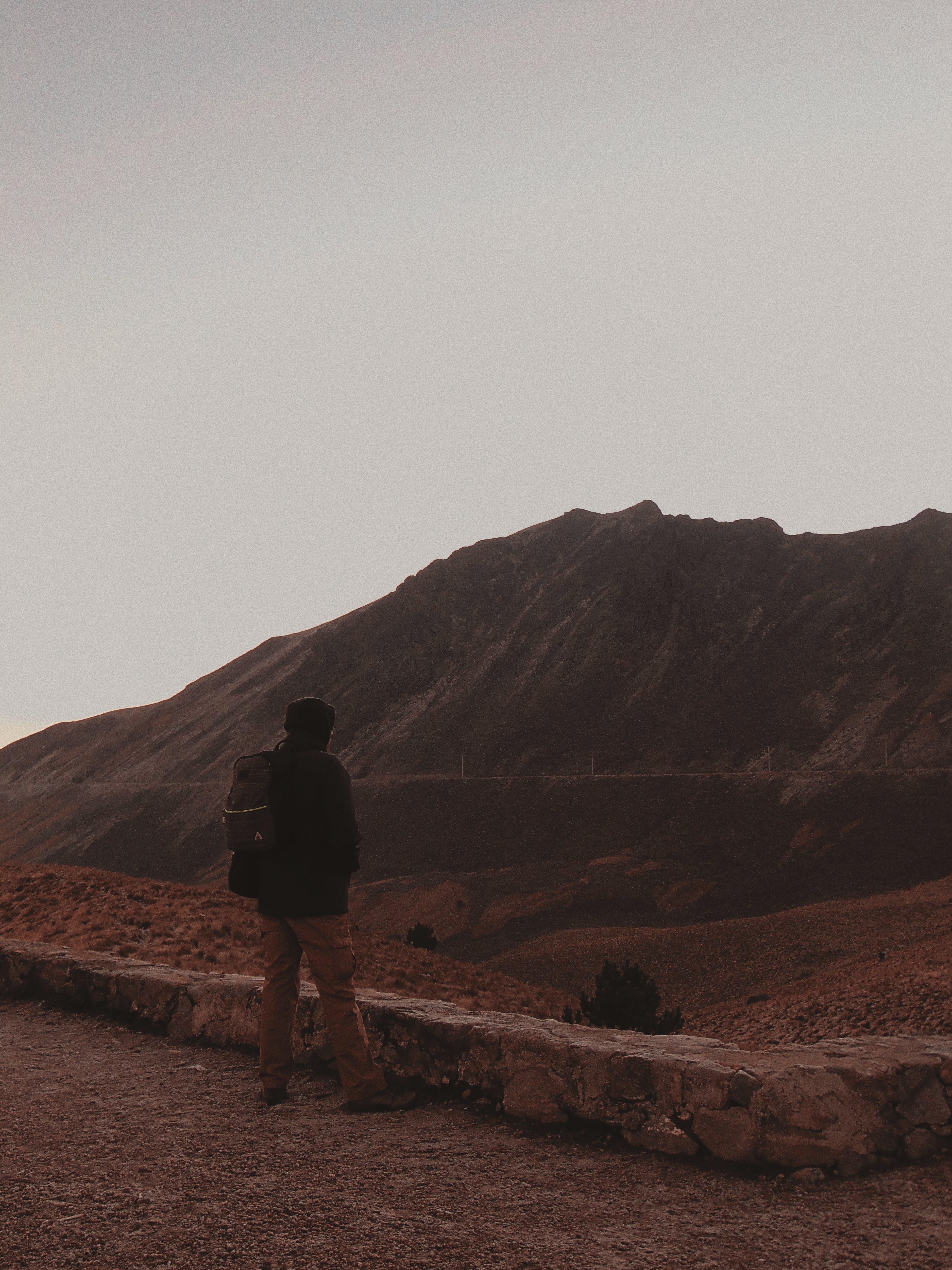 Kostenloses Stock Foto zu abenteuer, berg, braun, dämmerung