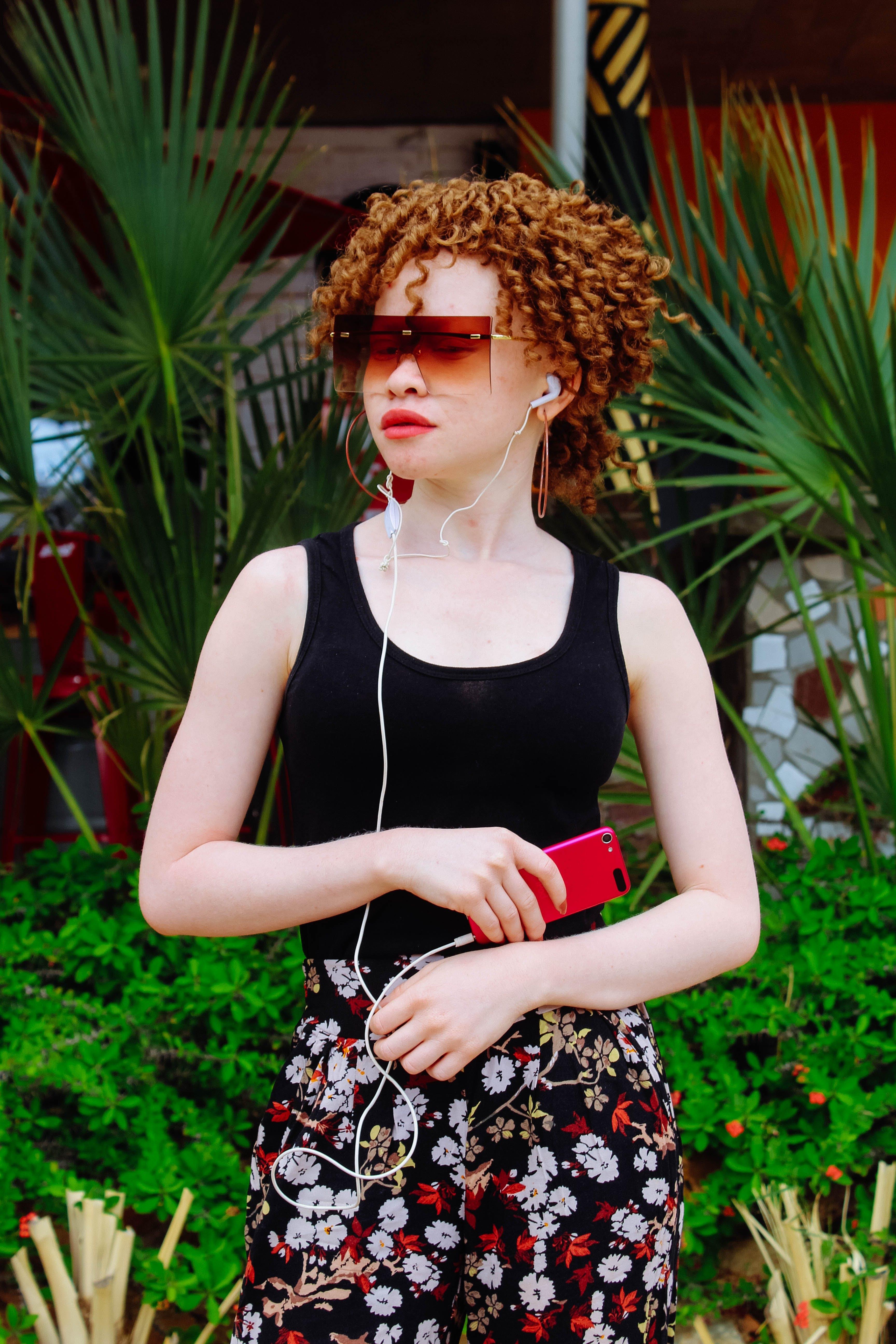 Základová fotografie zdarma na téma albín, barevné sluneční brýle, chytrý telefon, dospělý
