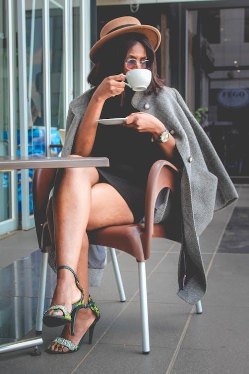 Ingyenes stockfotó nő kávét iszik témában
