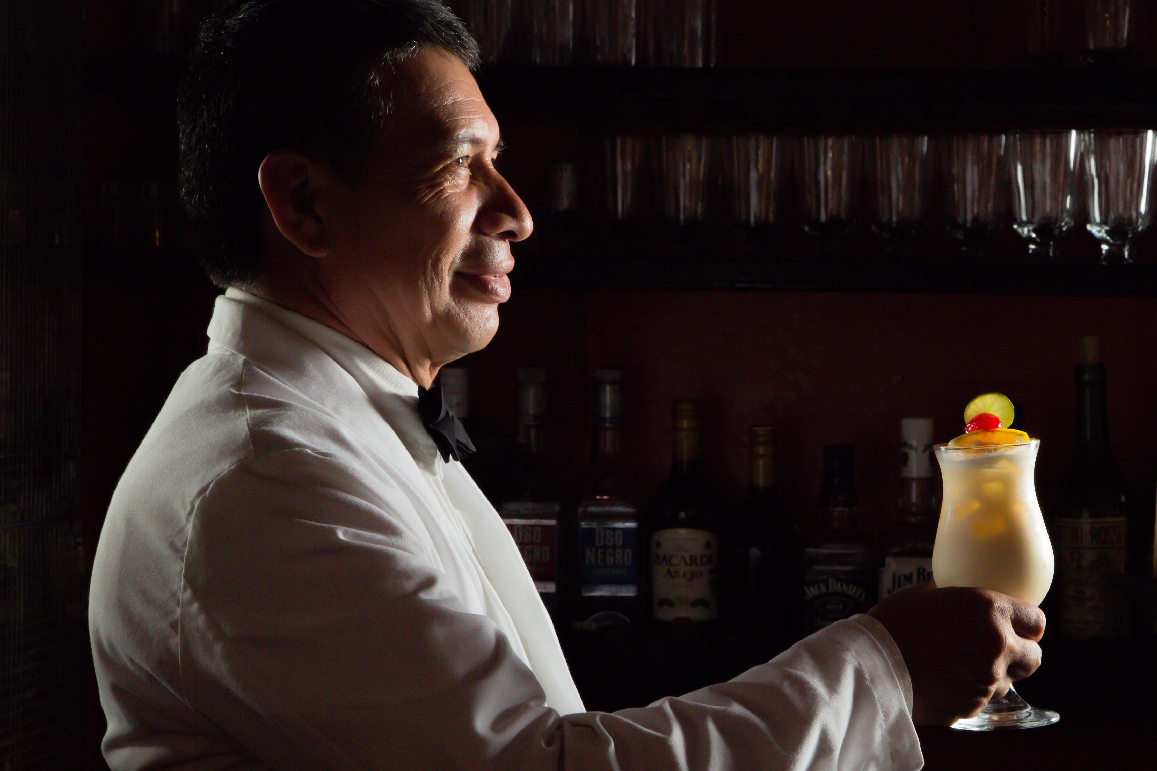 Kostenloses Stock Foto zu bedienung, cocktails, drinnen, dunkel