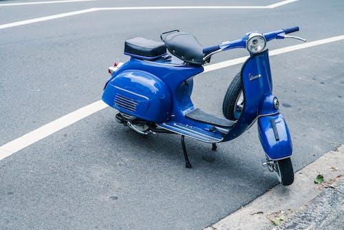 Immagine gratuita di asfalto, azzurro, blu, ciclomotore