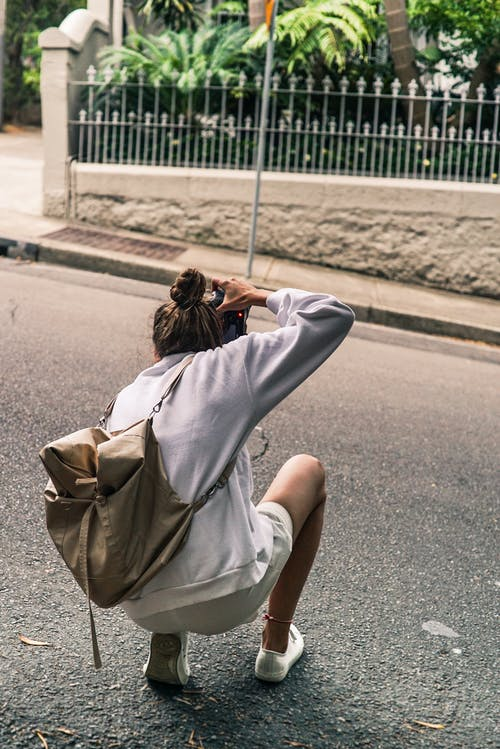 Pessoa Ajoelhada Na Estrada Enquanto Tira Uma Foto