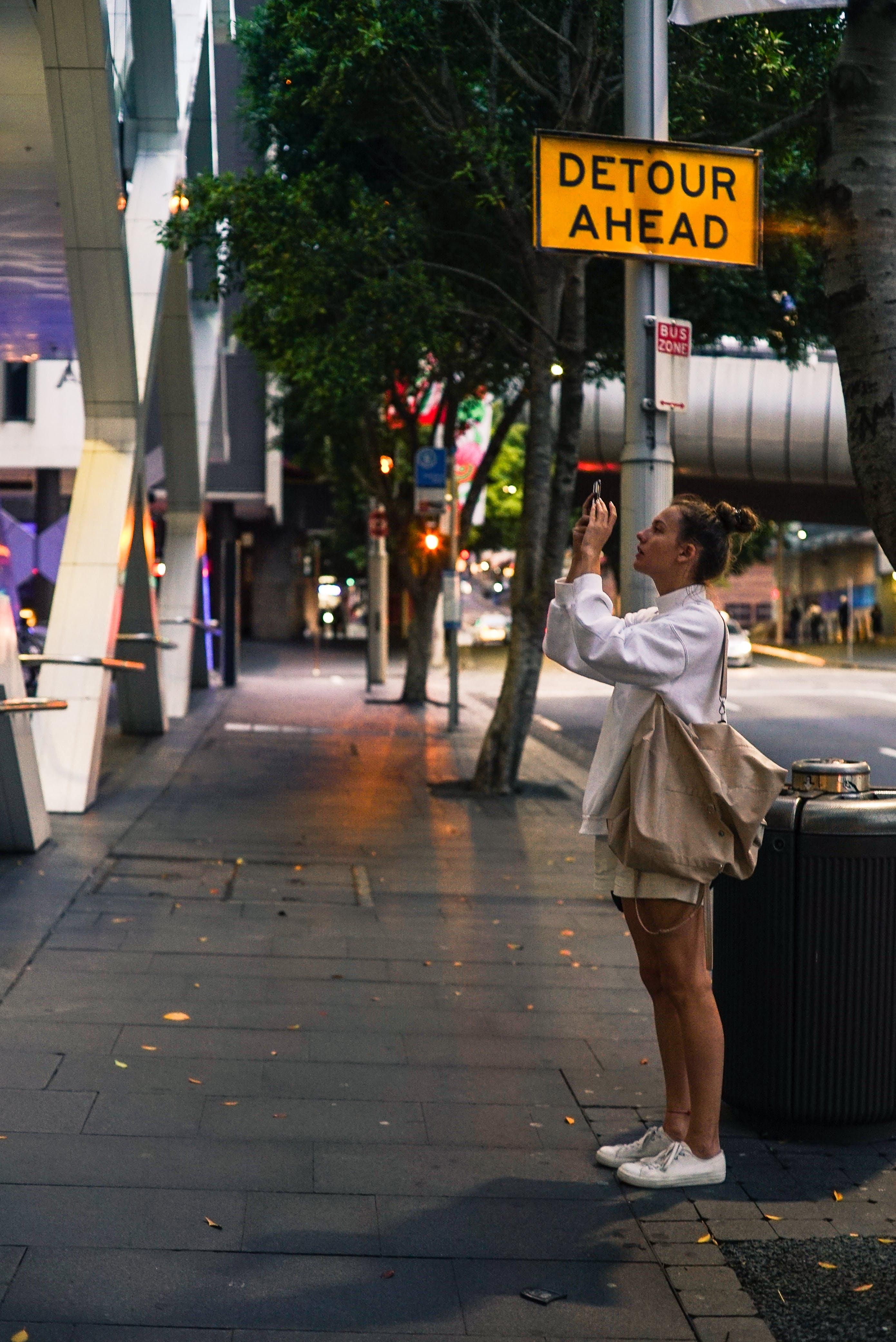 Δωρεάν στοκ φωτογραφιών με αστικός, γυναίκα, δρόμος, εμπόρευμα