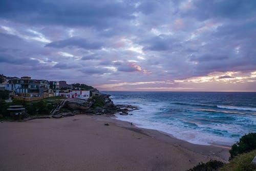 Photos gratuites de aube, baie, bâtiments, bord de l'océan