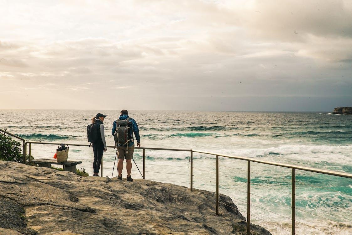 Backpacker, bølger, dagslys