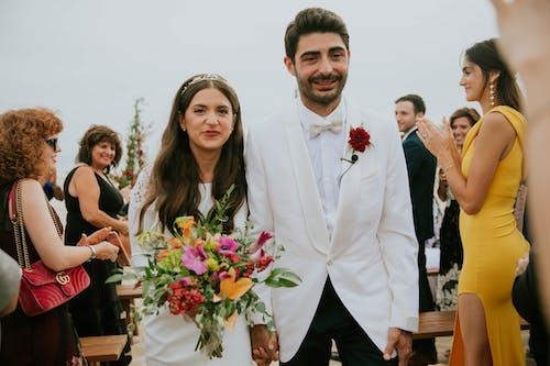 Foto profissional grátis de alegria, amor, buquê de casamento, casal