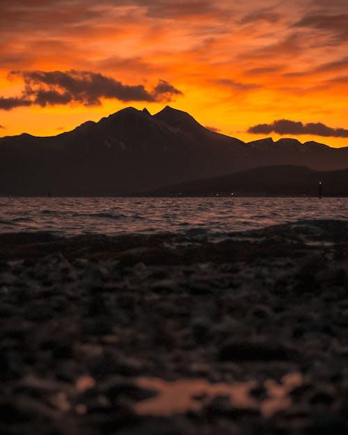 Gratis lagerfoto af aften, aftensol, bjerg, bølger