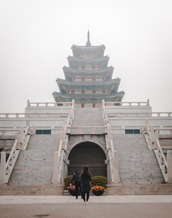 شخصان يقفان أمام المعبد