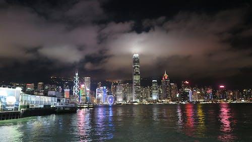 akşam, binalar, deniz kenarı, gece içeren Ücretsiz stok fotoğraf