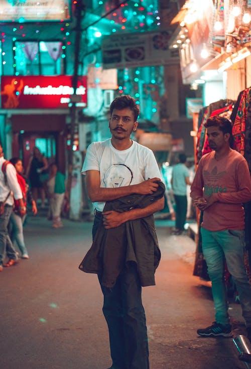城市的燈光, 夾克, 姿勢, 專注 的 免費圖庫相片
