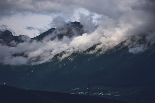 Безкоштовне стокове фото на тему «імла, вода, гори, Денне світло»