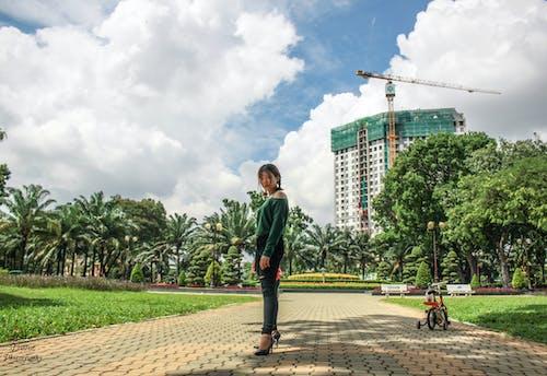 Immagine gratuita di albero, azzurro cielo, bellezza, ragazza asiatica