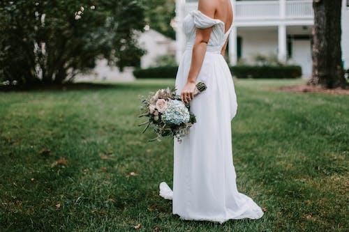 Бесплатное стоковое фото с бальное платье, белое платье, букет, девочка