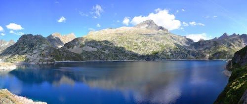Gündüzleri Arka Plan Olarak Yeşil Dağ Ile Su Mavi Gövde