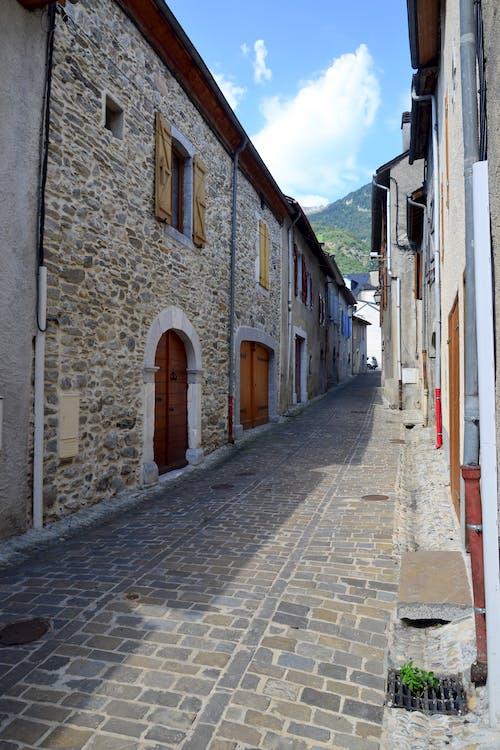 binalar, camlar, duvarlar, kaldırım taşları içeren Ücretsiz stok fotoğraf