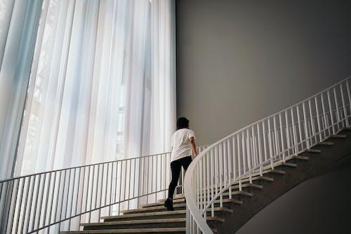 Kostenloses Stock Foto zu architektur, drinnen, innen, mann