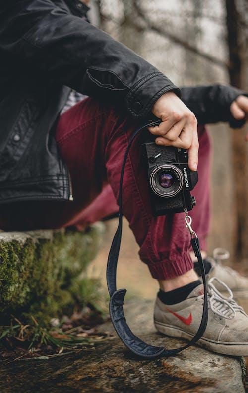 Kostenloses Stock Foto zu festhalten, hand, kamera, person