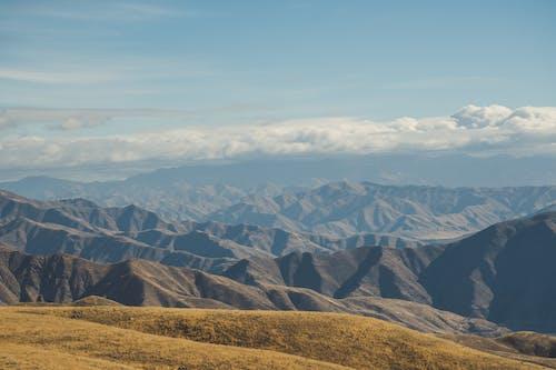 çevre, çim, dağ silsilesi, doğa içeren Ücretsiz stok fotoğraf